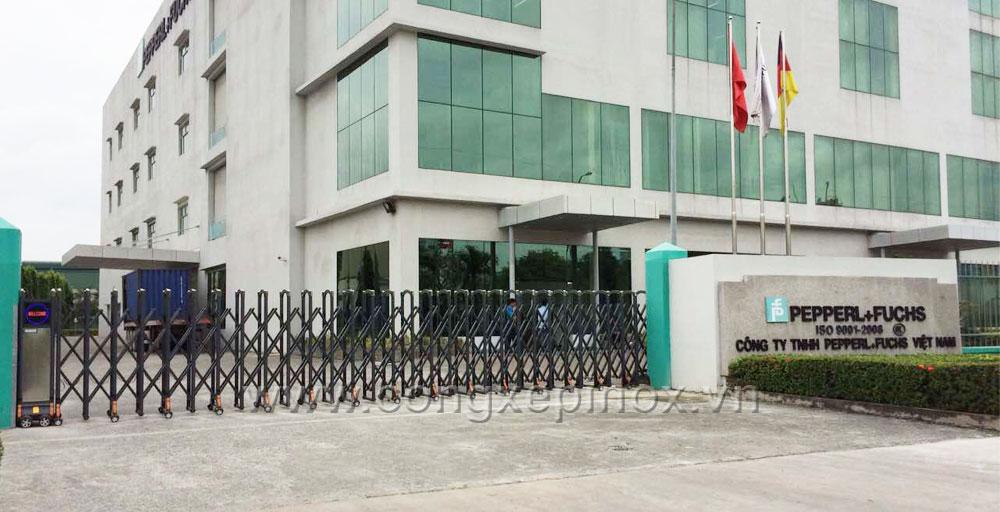 Mặt trước công trình cổng xếp hợp kim nhôm tại Công ty TNHH PEPPERL FUCHS