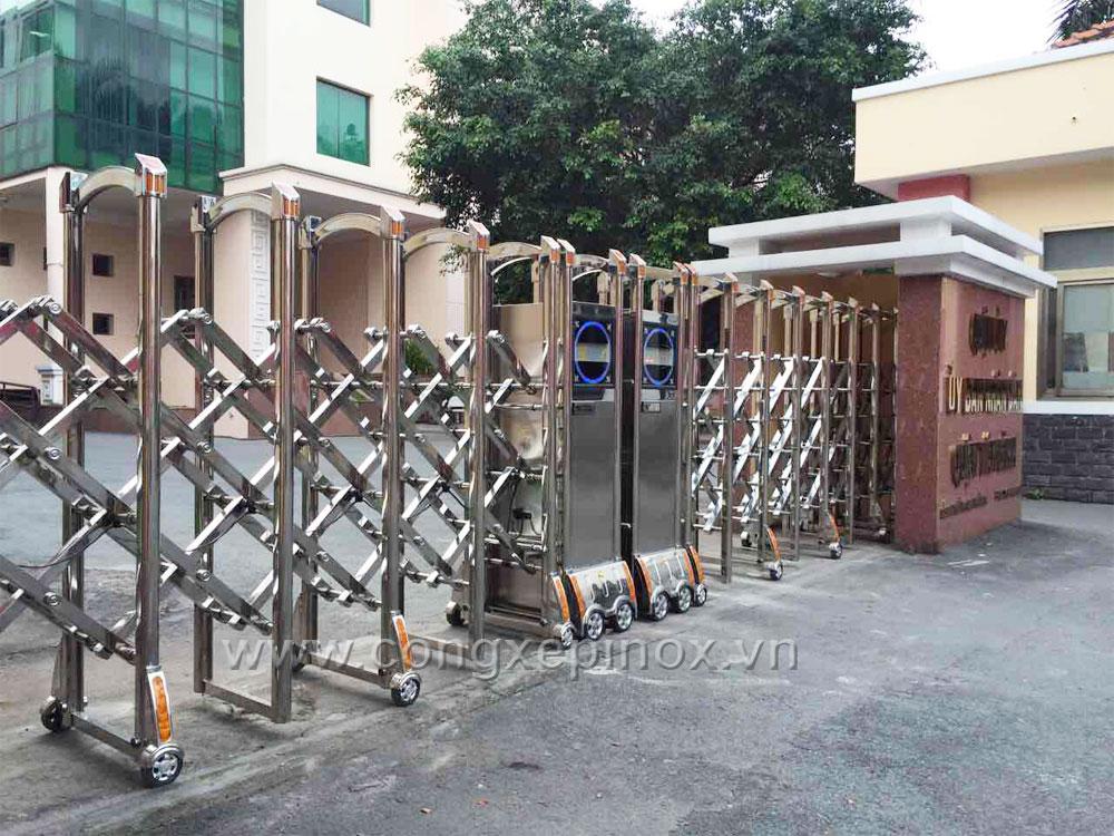 Đầu mô tơ cổng xếp của cổng xếp tại Ủy Ban Nhân Dân Quận Tân Bình