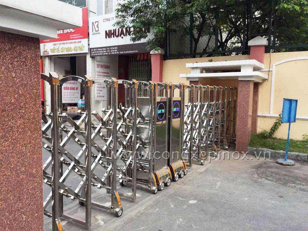 Mặt sau cổng xếp inox tại Ủy Ban Nhân Dân Quận Tân Bình