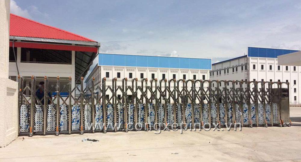 Hình ảnh thật tế Công trình lắp đặt cửa cổng xếp inox 304 ở Nhơn Trạch - Đồng Nai