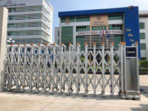 Lắp đặt cửa cổng xếp inox hợp kim nhôm ở điện lực Sóc Trăng