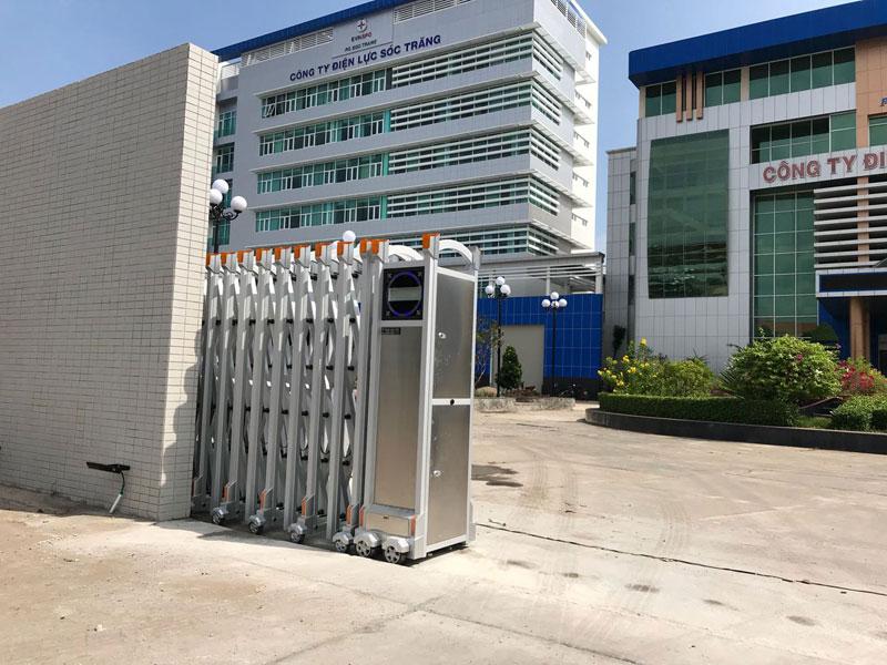 Công trình lắp đặt cổng xếp sử dụng hợp kim nhôm ở điện lực Sóc Trăng