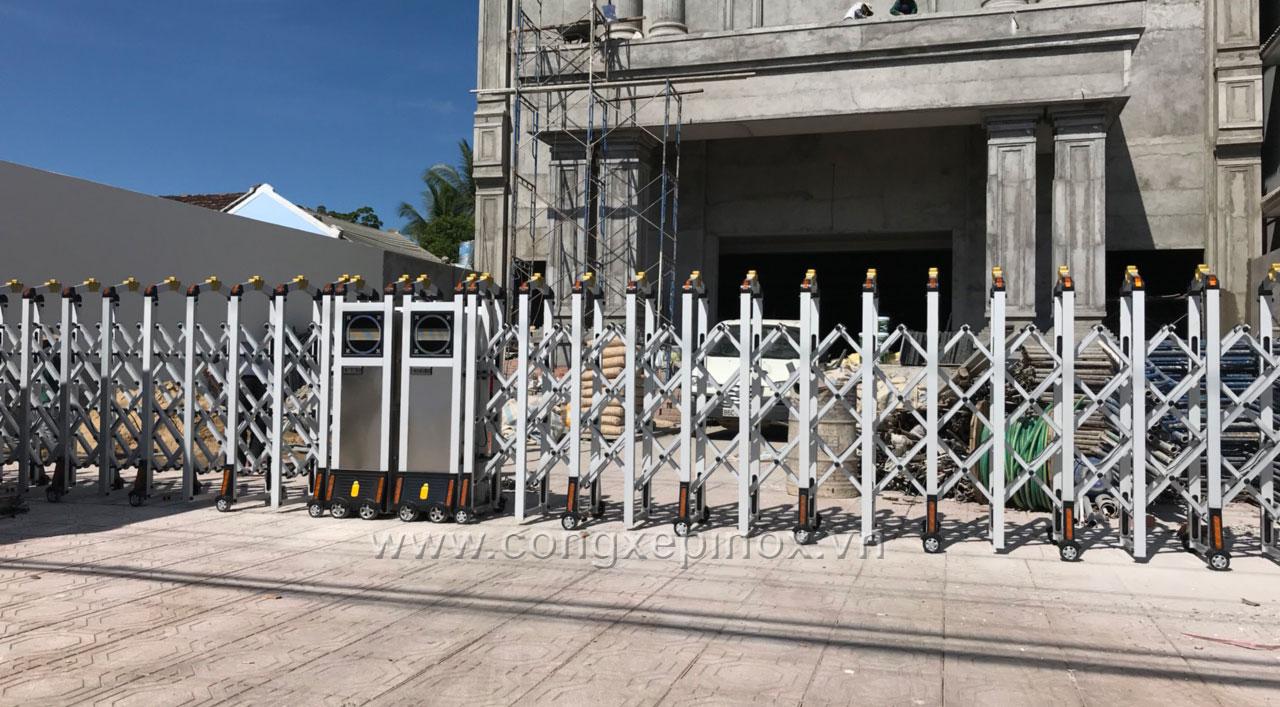 Cửa cổng xếp hợp kim nhôm của nhà hàng Leyna - Bình Thuận