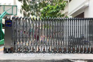 Cửa cổng xếp nhôm xỏ lá inox cao cấp tại Trường Quốc tế Á Châu