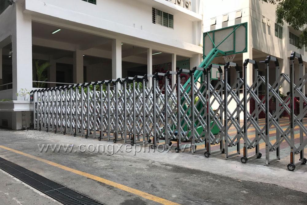 Mặt bên hông công trình lắp đặt Cửa cổng xếp nhôm xỏ lá inox tại Trường Quốc tế Á Châu