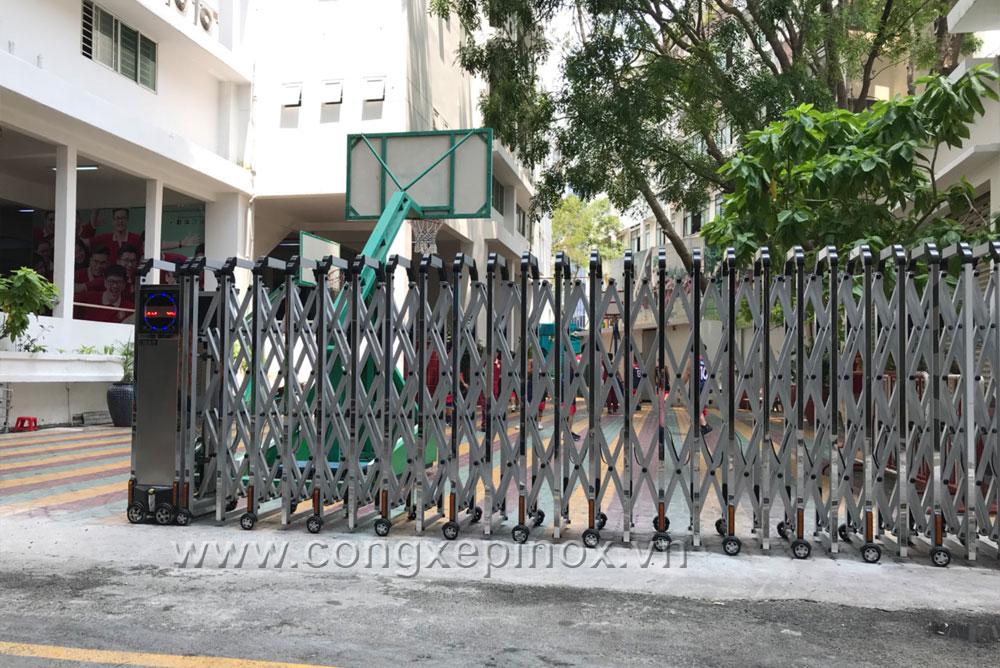 Hình ảnh thật tế công trình lắp đặt Cửa cổng xếp nhôm xỏ lá inox tại Trường Quốc tế Á Châu