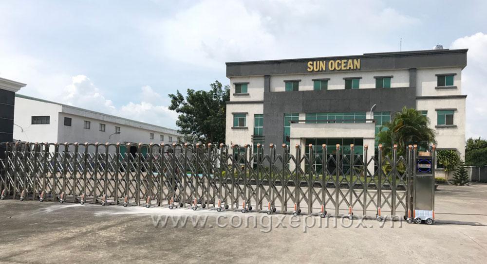 Toàn cảnh cửa cổng xếp inox lắp tại công trình Sun Ocean