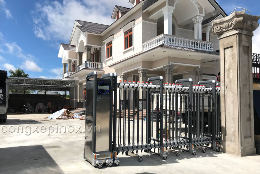 Cửa cổng xếp hợp kim nhôm nhôm lắp ở Cà Mau của công ty Chí Linh