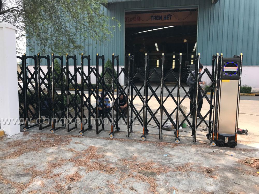Hình ảnh Cửa cổng xếp hợp kim nhôm khu công nghiệp Tân Tạo