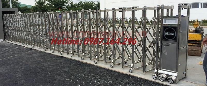 Làm cửa cổng xếp inox chạy điện thẩm mỹ cao